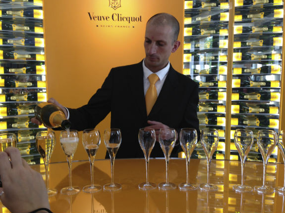 Veuve-Clicquot-champagne-pouring