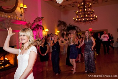 Nadine and Erik Newlyweds wedding bouquet toss